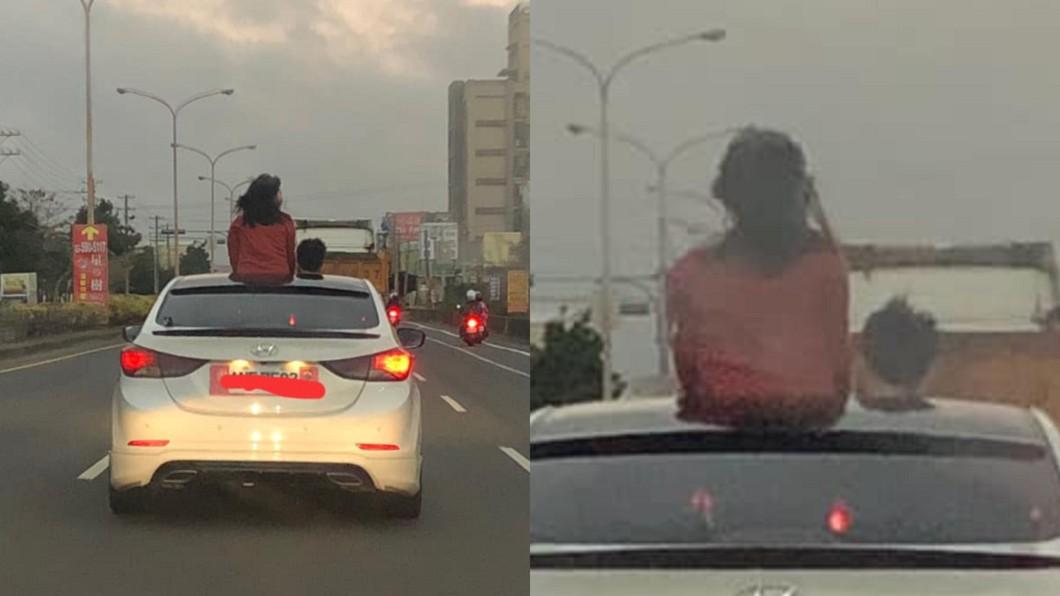 女子探出上半身到車外,讓後方民眾直搖頭。(合成圖/翻攝自臉書「新竹爆料公社」) 紅衣女「半截探車頂」迎風吹 網怒罵:移動神主牌
