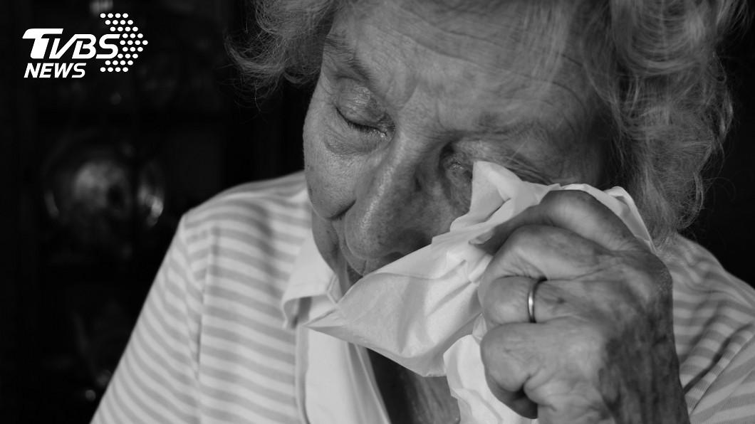 貧困婦人獲得善心男子協助,當場落淚。(非當事人,示意圖/shutterstock 達志影像) 貧嬤湊不出便當錢 好心男「搶付再塞500」暖哭萬人