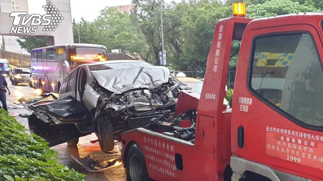 (圖/TVBS) 清晨未注意前車 猛撞遊覽車「車頭全毀」男受困