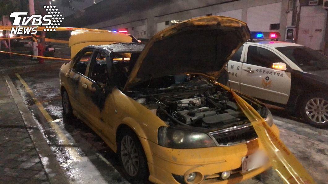 凱旋站出口外昨晚發生火燒車。(圖/中央社) 高雄凱旋站外火燒車駕駛成焦屍 疑3C引燃起火