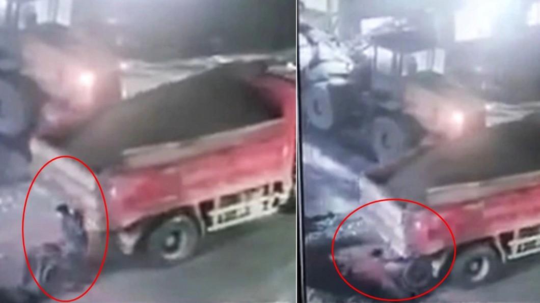 工人整個人消失不見。(圖/翻攝自微博) 砂石車倒車狠撞 工人「慘遭活埋」40秒斷魂畫面全都錄