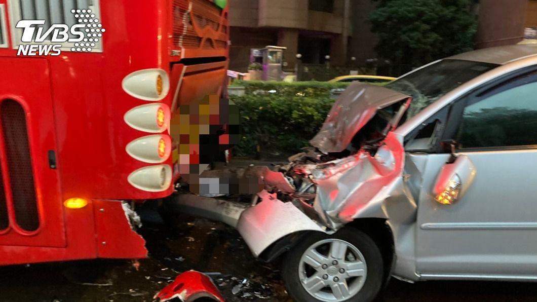 汽車駕駛因為酒駕撞上遊覽車。(圖/中央社) 北市汽車追撞遊覽車 酒駕駕駛一度受困車內