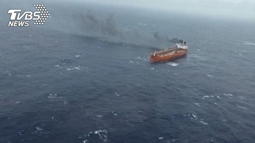 賴比瑞亞籍「MARQUESSA」油輪在蘭嶼外海疑似機艙失火。(圖/TVBS) 賴比瑞亞油輪機艙失火棄船 黑鷹前往吊掛24名船員