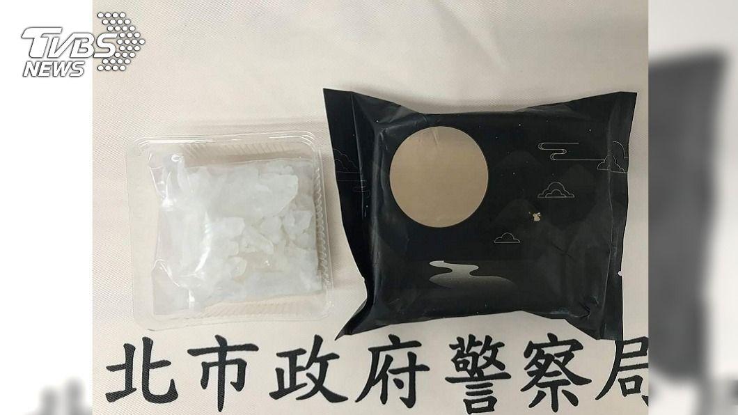 毒販將毒品分裝後再裝入月餅盒偽裝成月餅。(圖/中央社) 毒販為躲警方查緝 用障眼法月餅藏毒