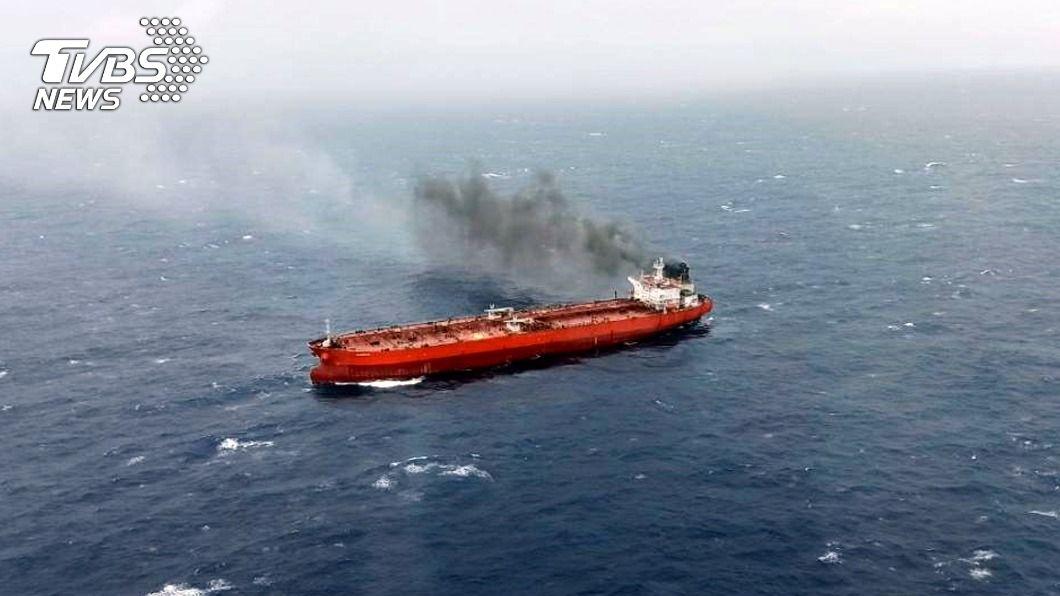 賴比瑞亞油輪在台東蘭嶼外海發生起火事件。(圖/中央社) 賴比瑞亞油輪蘭嶼外海失火 國搜中心救回8人
