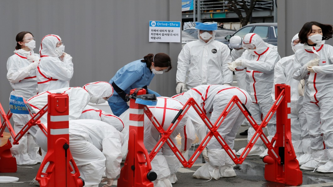 圖/達志影像路透 第一線累壞!南韓出動軍警疫調+唾液快篩