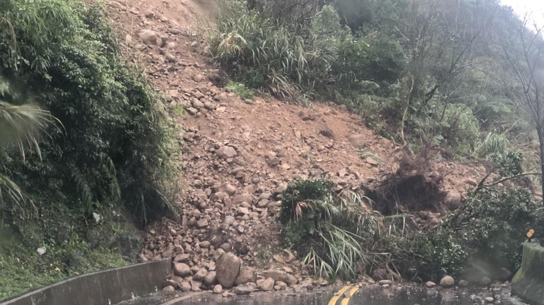 雙溪往不厭亭方向,受大雨影響土石崩落,導致交通中斷。(圖/中央社) 新北雙溪區台102線土石崩落 交通中斷