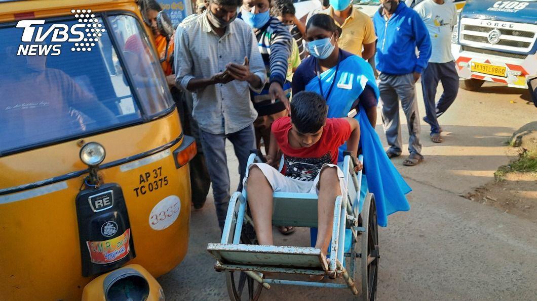 印度南部安德拉省爆發不明疾病。(圖/達志影像美聯社) 印度神秘不明疾病550人求診 血液發現含有重金屬