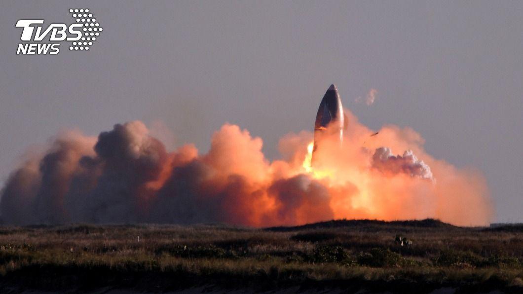 「星艦」在德州海岸試飛。(圖/達志影像路透社) 飛抵新高度卻降落失敗 SpaceX「星艦」炸成火球