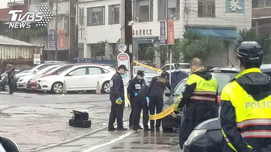 (圖/中央社) 新竹通緝犯抓到了!警開槍圍捕逮4人 1女雙腿中彈送醫