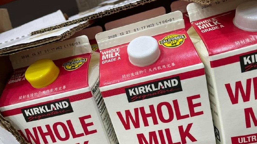 好市多鮮奶出現黃色瓶蓋。(圖/Costco好市多 商品經驗老實說) 好市多鮮奶驚現「黃色瓶蓋」 他嚇:不敢買!官方回應了