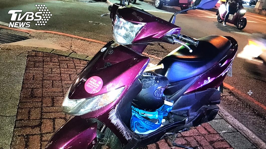 機車騎士為閃避自行車被捲入遊覽車車底,救出送醫不治。(圖/中央社) 擦撞自行車遭捲入遊覽車底 台中機車騎士不治