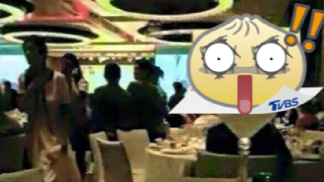 宴客桌上大剌剌地擺著一個「新娘前炮友」立牌。(圖/翻攝自「爆笑公社」臉書) 婚宴「5字」桌牌刷新親友三觀 眾驚:新郎如何面對
