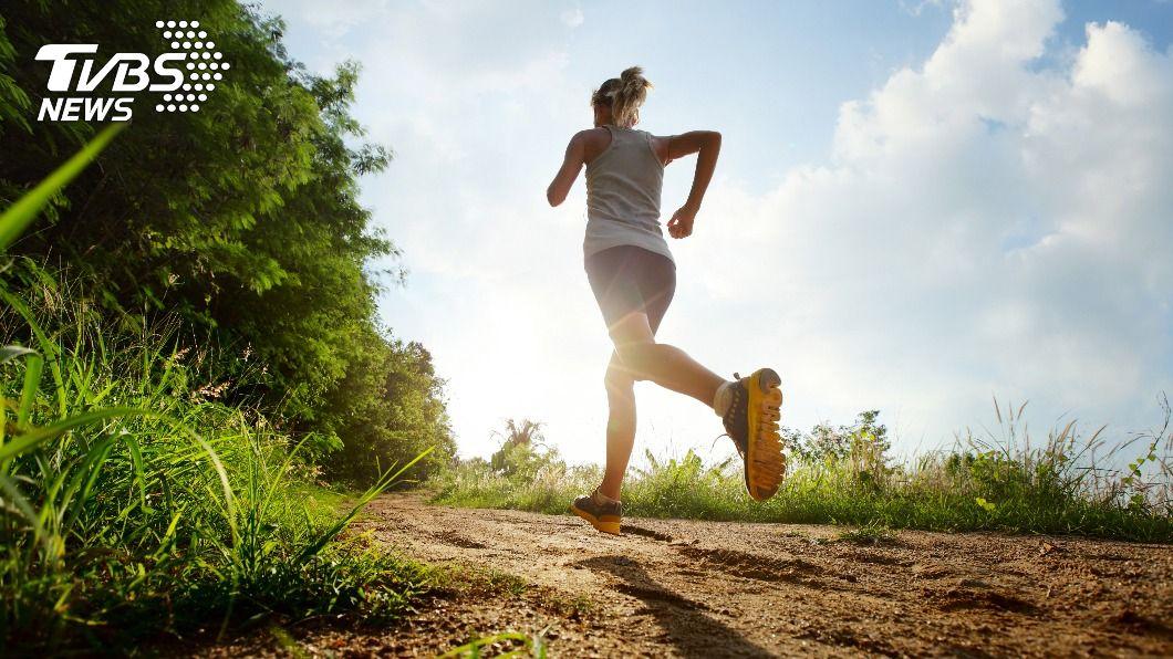 步行、慢跑能有效調節情緒,並預防憂鬱症復發。(示意圖/shutterstock達志影像) 憂鬱症剋星!「1運動」增加血清素提升幸福感