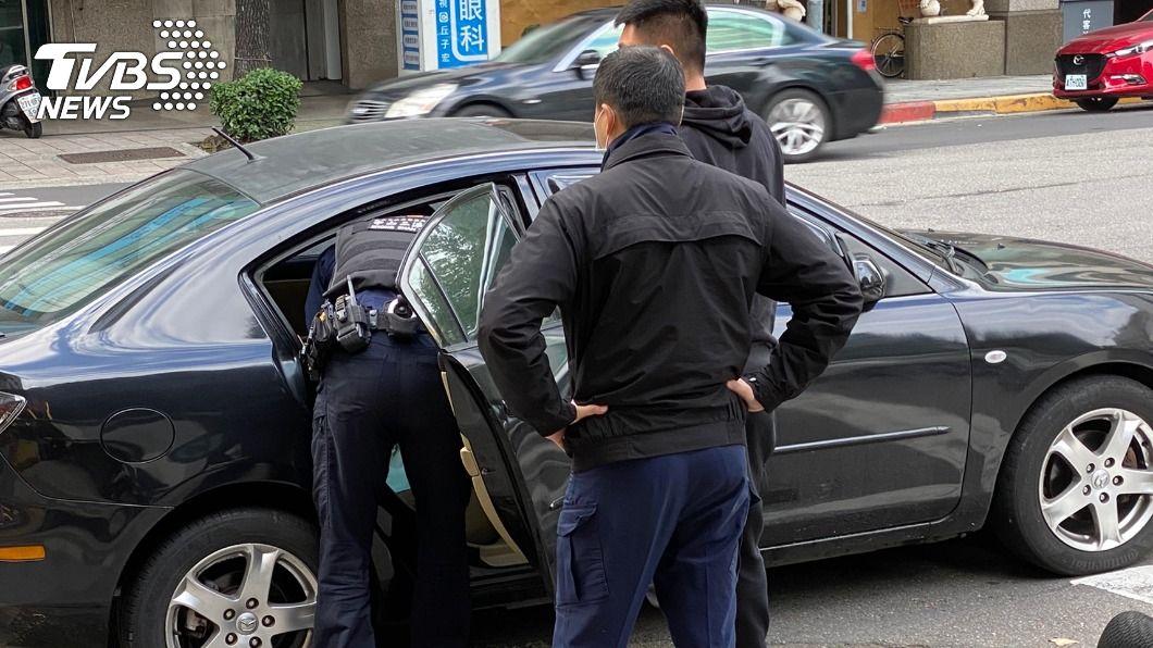 台北市今(13)日清晨發生一起公園槍擊案,警方循線將開槍男子逮捕到案。(圖/TVBS) 起口角相約公園談判 男對空開4槍洩憤