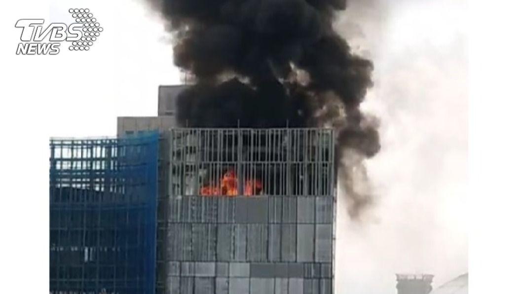 北市今(13)日光華商場附近工地發生火警,所幸無人傷亡。(圖/TVBS) 光華商場附近工地頂樓起火冒黑煙 未釀傷亡