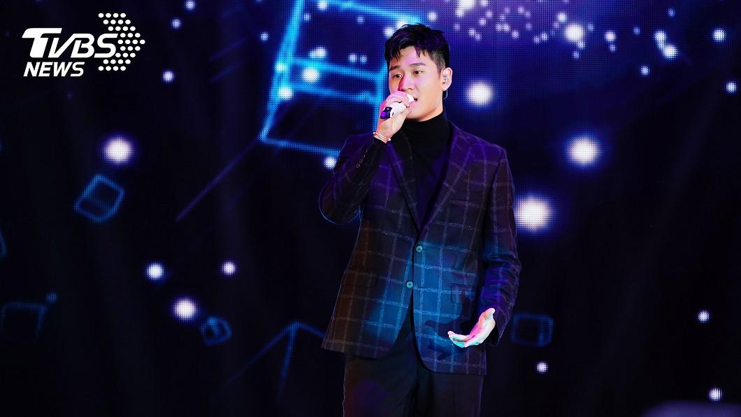 巨星耶誕演唱會今年收視高點落在周興哲登台演出時。(圖/TVBS) 新北巨星耶誕演唱會 周興哲摘演唱會收視之冠