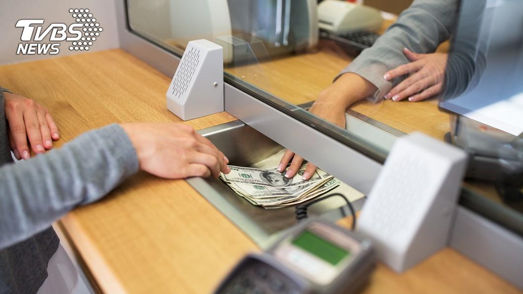 許多民眾都有到銀行櫃台辦事情的經驗,常常抱怨都要在現場等很久。(示意圖/TVBS資料畫面,非當事人) 銀行辦事「半小時0叫號」正常? 內行人曝6大地雷時段