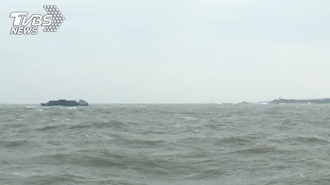 陸籍貨船在金門田埔水域擱淺。(圖/中央社) 陸貨輪金門海域擱淺 未發現油污海巡在旁戒護