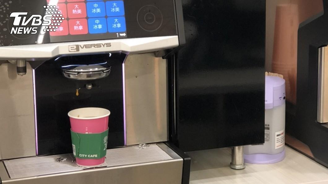 超商咖啡寄杯服務已經成為消費常態,有網友就點出一杯咖啡的利潤高達七成。(示意圖/TVBS) 「超商咖啡」有多賺? 內行分析成本:賣一杯賺一杯!