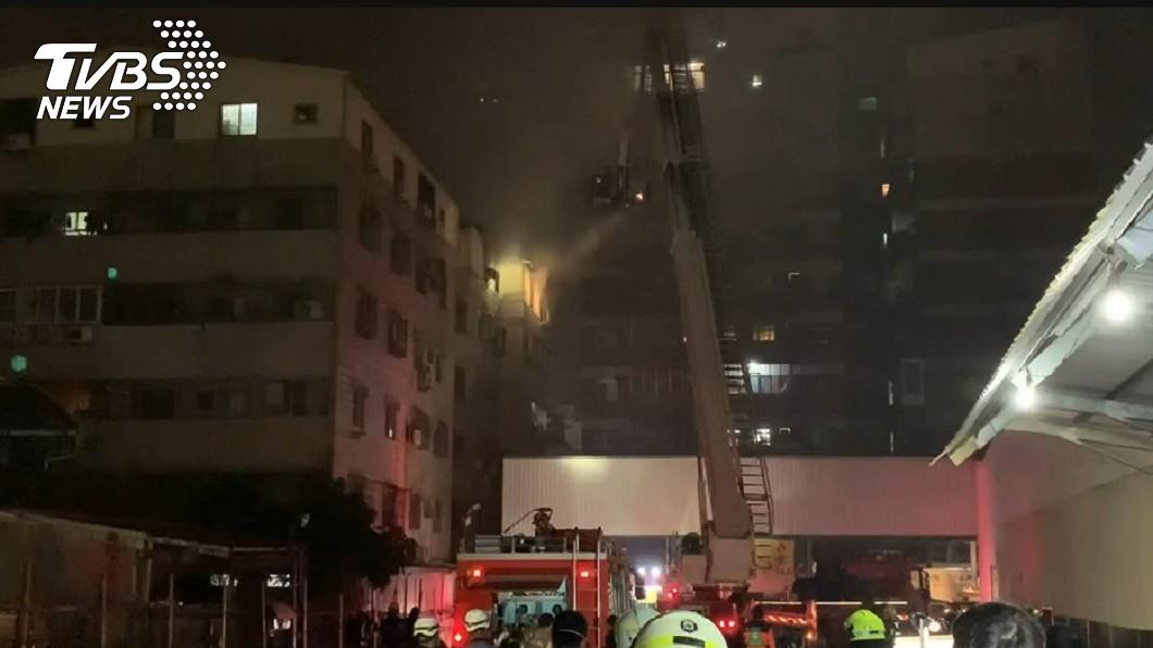 (圖/TVBS) 台南永康民宅大火!6樓全面燃燒 50警消搶救中