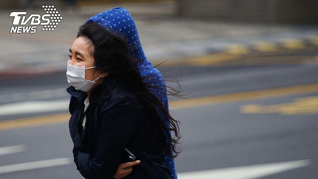 北台灣今天天氣濕冷。(圖/中央社) 冷空氣來襲北台灣濕冷低溫僅14度 中南部天氣穩定