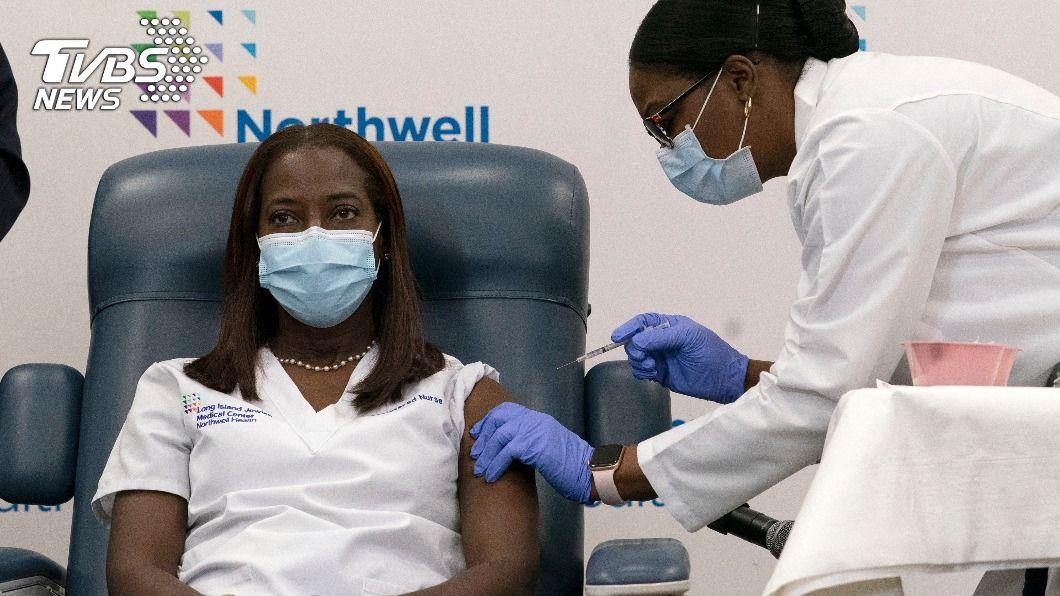 護理師林賽今天成為全美接種新冠疫苗的第一人。(圖/達志影像美聯社) 美接種新冠疫苗第一人 紐約州護理師:安心多了