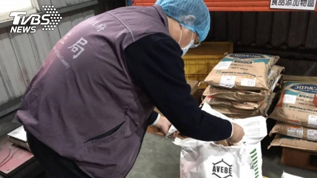 衛生局派員調查嬰幼兒米製品鎘超標事件。(圖/中央社) 嬰幼兒米製品驗出鎘超標 宜蘭縣府展開追查