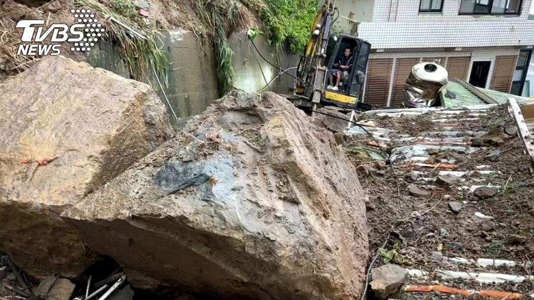 瑞芳一處岩壁昨下午崩落。(圖/中央社) 瑞芳山壁崩落如瀑布 巨石砸毀2民宅1女輕傷