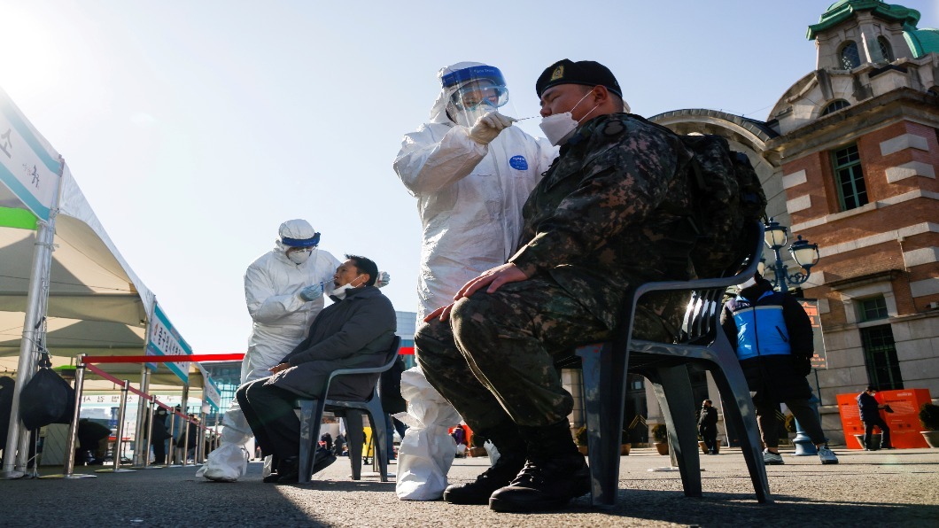 圖/達志影像路透 單日又增破千! 醫療自發集結首爾「戰疫」