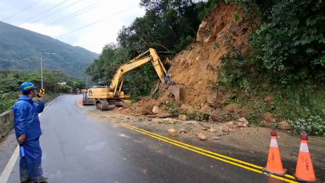 邊坡仍有鬆動土石,預計下午5時清除完畢。(圖/中央社) 萬里中福路邊坡土石崩落 估下午5時清除完畢