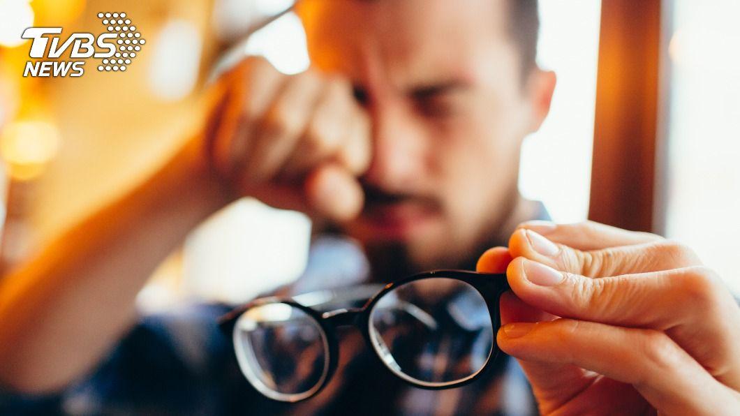 男子服用高山症藥物後近視度數飆破千度。(示意圖/shutterstock 達志影像) 近視突飆破千度 男吃1顆藥「過敏」險併發青光眼