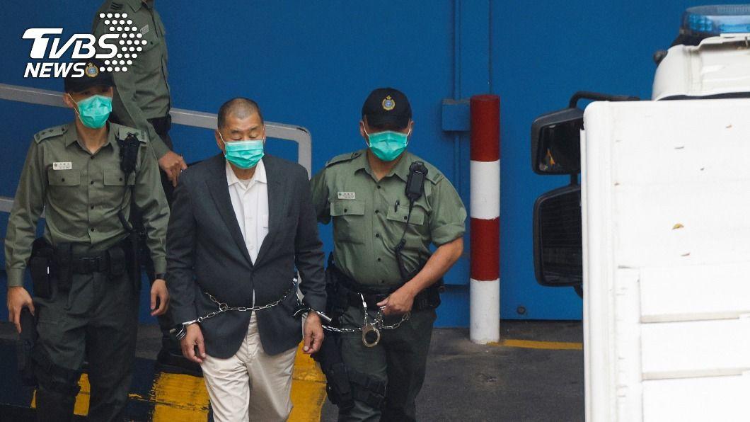 黎智英12日鐵鍊纏腰被押往西九龍法院審訊,畫面引發關注。(圖/達志影像路透社) 身穿藍囚衣手上銬 黎智英今被送往赤柱監獄