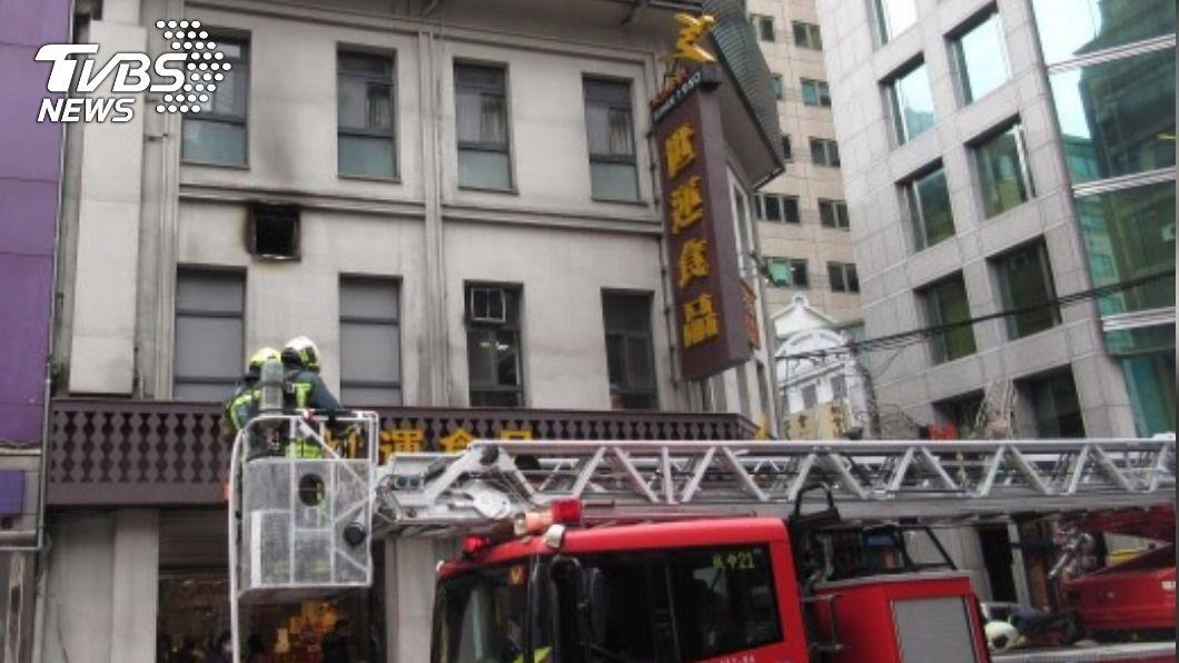 世運食品傳火警。(圖/TVBS) 排油煙管莫名燃燒 知名麵包店「世運食品」傳火警