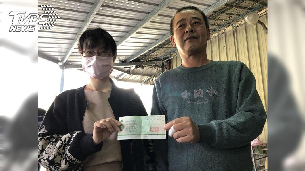 家屬前往獵人家致贈獎金。(圖/中央社) 男子中橫失蹤40天生還 家屬親贈救命獵人50萬賞金