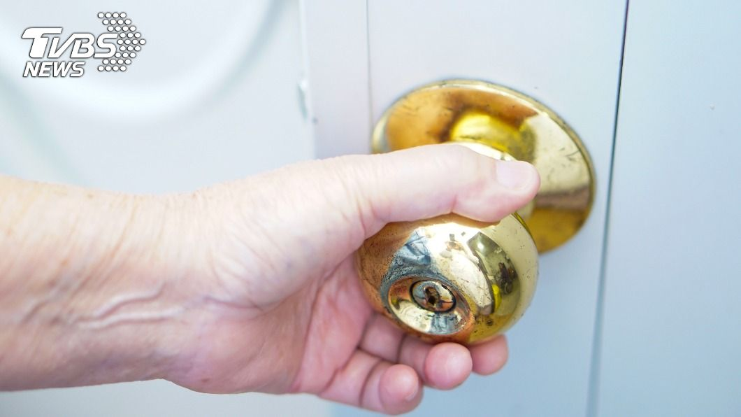 一條蛇闖進女宿浴室。(示意圖/shutterstock 達志影像) 悚!學生妹洗澡觸「冰冷活體」 當場嚇哭裸身狂奔