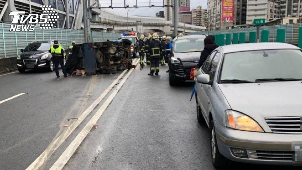 小貨車翻覆後衝對向車道,釀4車連環撞。(圖/TVBS) 台64小貨車翻覆衝對向車道 釀4車連環撞3傷