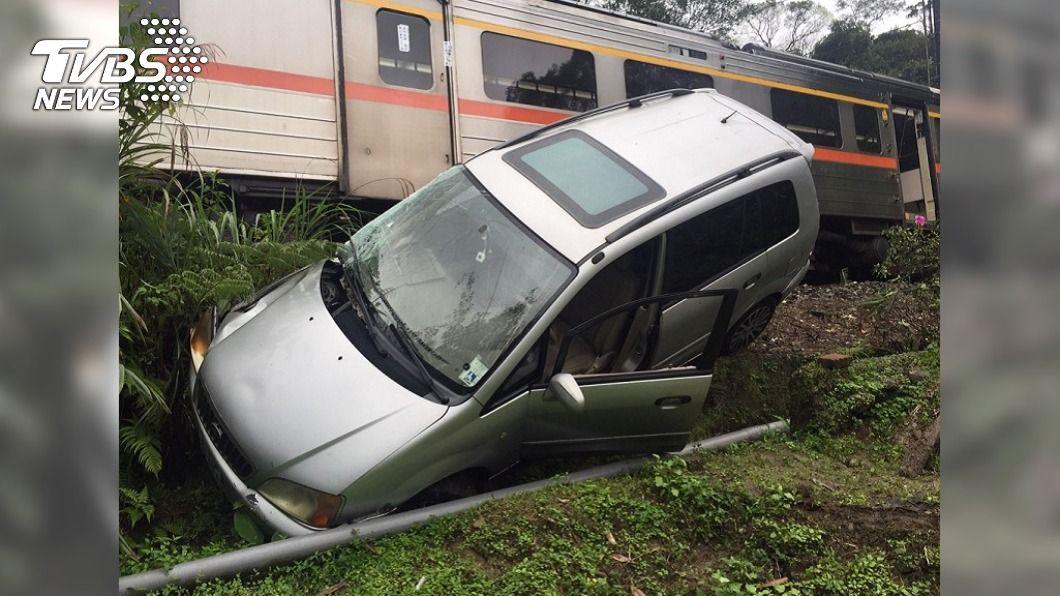 (圖/TVBS) 平溪轎車「闖鐵軌」遭區間車擦撞 台鐵7站車次全延誤