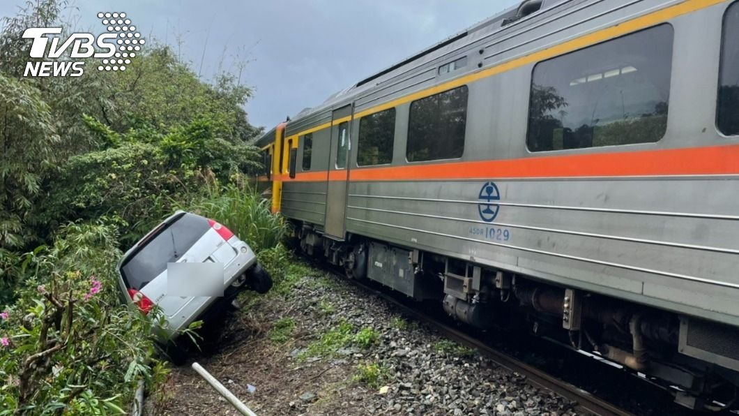 今(20)日近中午1輛轎車闖入平溪支線軌道,造成7個車站受列車延誤影響。(圖/TVBS) 轎車闖平溪支線軌道 台鐵7車站延誤