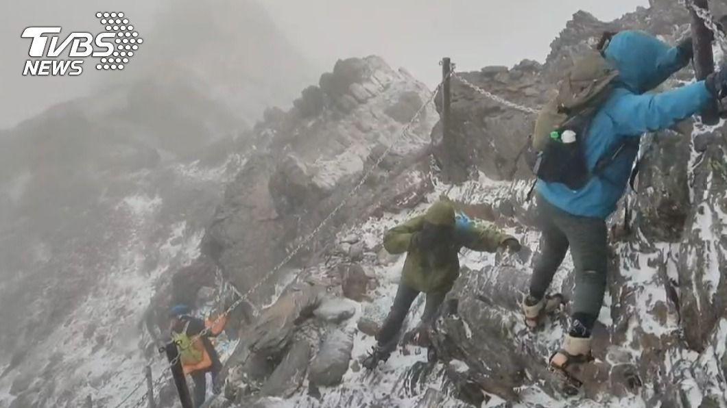 清晨有山友登頂遇強降雪。(圖/玉管處提供) 玉山冬至晨8時「降下初雪」!山友登頂險下不來