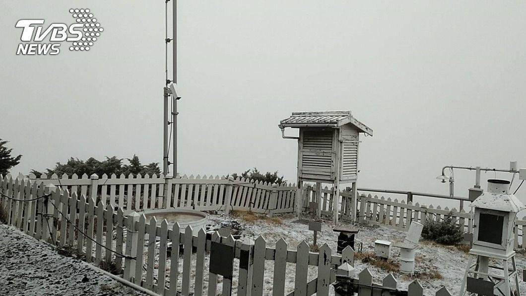 玉山今(21)日降入冬初雪。(圖/中央社) 玉山降入冬初雪!玉管處:展開加強登山安全措施