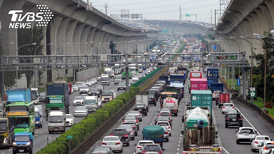 疫情影響無法出國,公路總局預估3大路段易塞車。(示意圖/中央社) 蘇澳到花蓮「恐塞4小時」 避開元旦3大易塞路段
