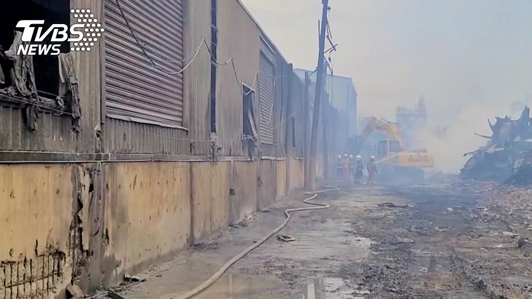 旭富製藥廠火勢迅速蔓延。(圖/中央社) 旭富製藥廠大火已熄 周邊殘火估22日撲滅
