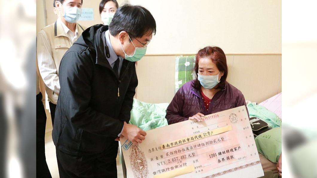 (圖/翻攝自黃偉哲臉書) 黃偉哲送超大支票慰問 護理師母淚訴「像中獎」很難過