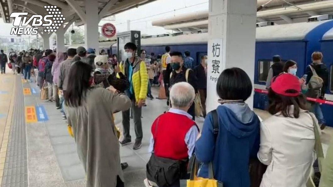全台僅存藍皮列車明將停駛。(圖/中央社) 向最後一班藍皮列車說再見 民眾台鐵人不捨送別