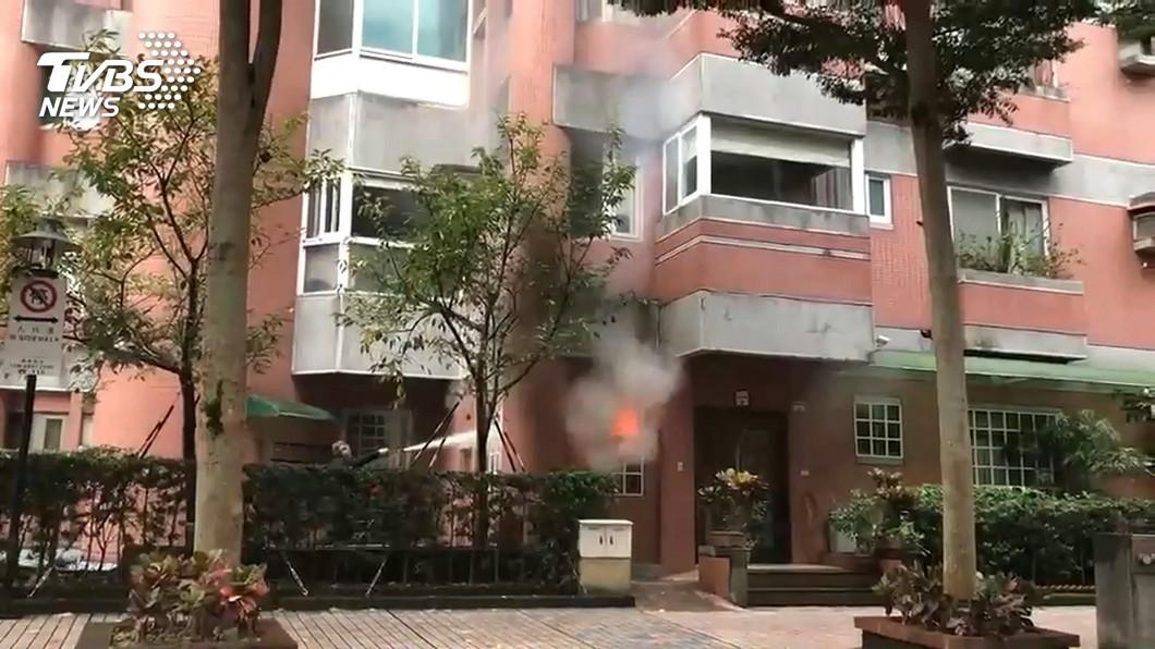 圖/TVBS 社區一樓火警! 鄰居找滅火器「接力」滅火