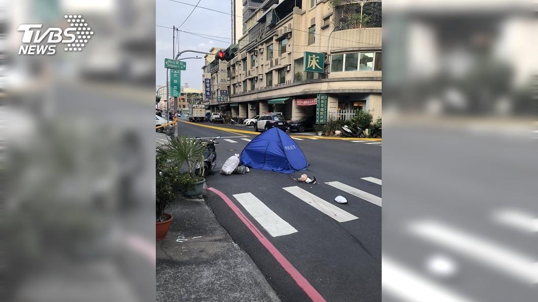 高雄市前鎮區今(22)日下午又發生一起死亡車禍。(圖/TVBS) 前鎮又見死亡車禍 機車擦撞聯結車女騎士頭部破裂慘死