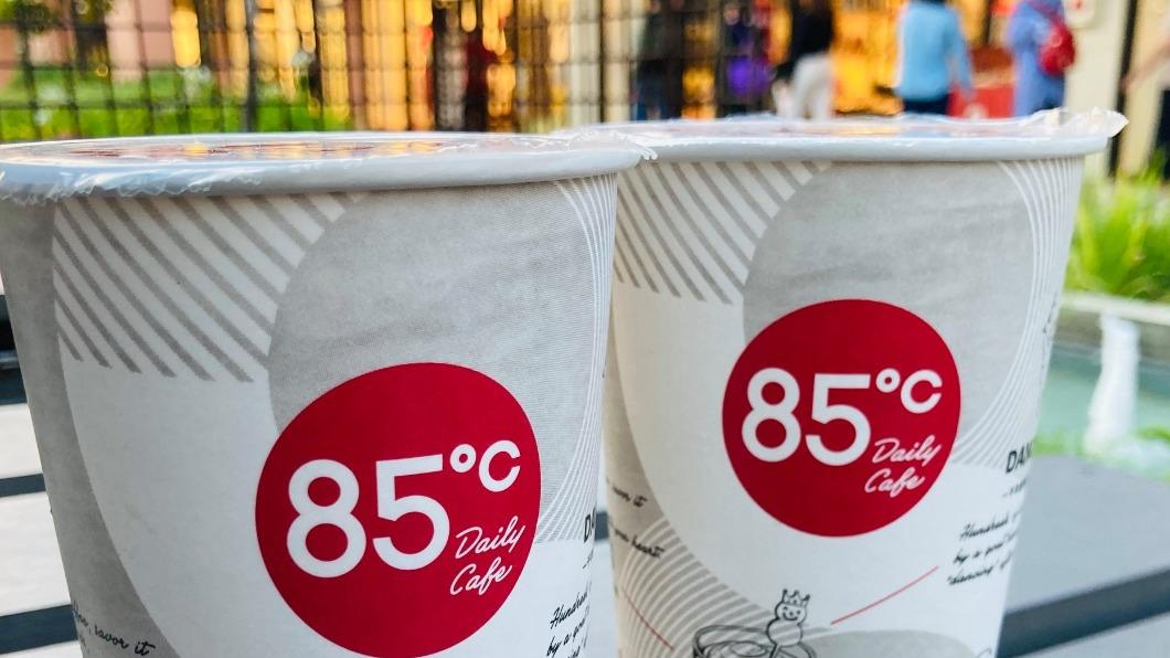 連鎖咖啡店紛紛推出優惠活動搶客。(圖/翻攝自85度C臉書) 耶誕優惠喝起來!連鎖咖啡祭限時「買1送1」搶客