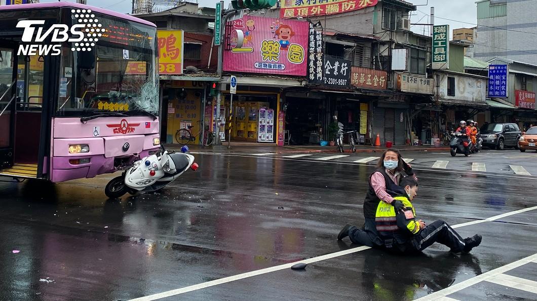 陳姓駕駛撞人後立即下車查看員警傷勢。(圖/TVBS) 北市公車疑闖紅燈 警遭「撞飛噴血」嚇壞女司機