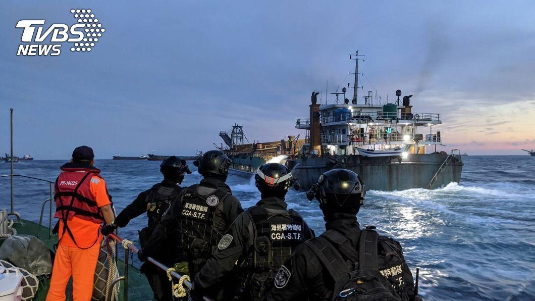 截至今年11月,海巡署已驅離大陸抽砂船3969艘次。(圖/中央社) 驅離3969艘次陸抽砂船 海巡署耗費6億油料費